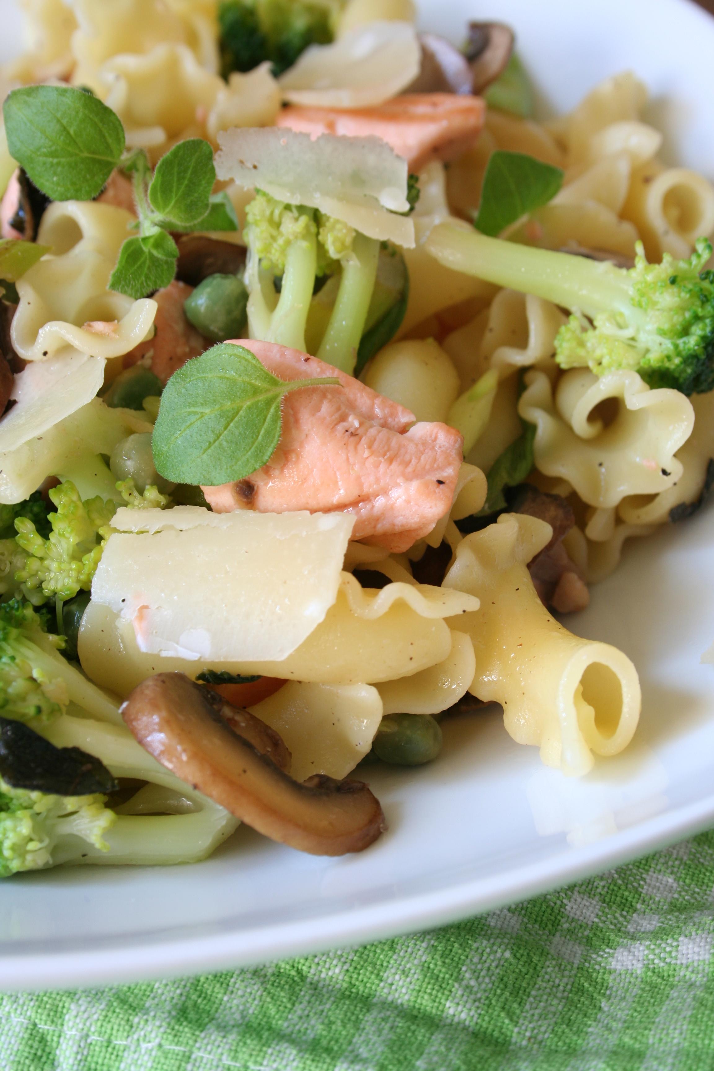 Těstoviny s lososem, zelenou zeleninou a houbami