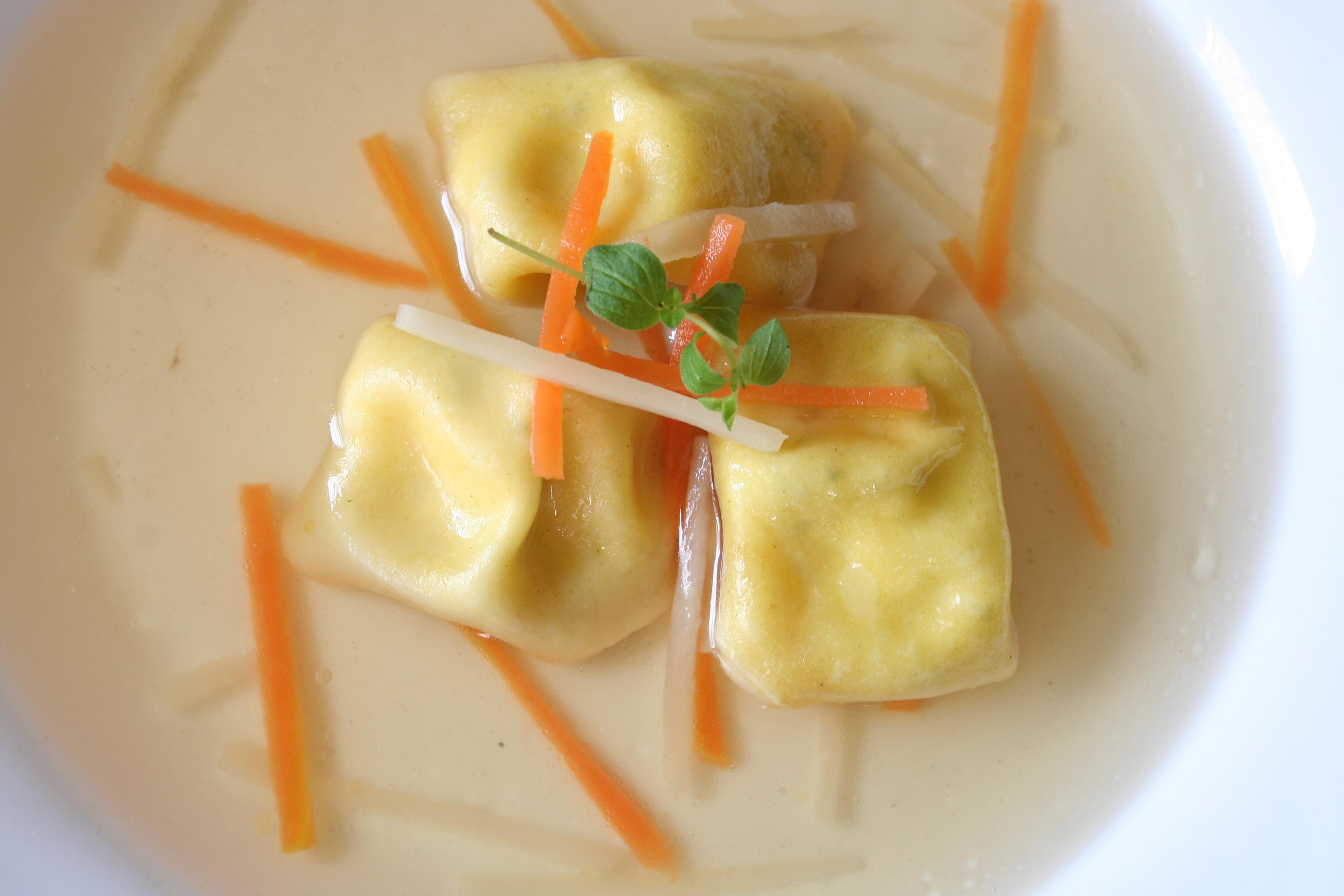 Kuřecí vývar s domácími tortellinami a kořenovou zeleninou