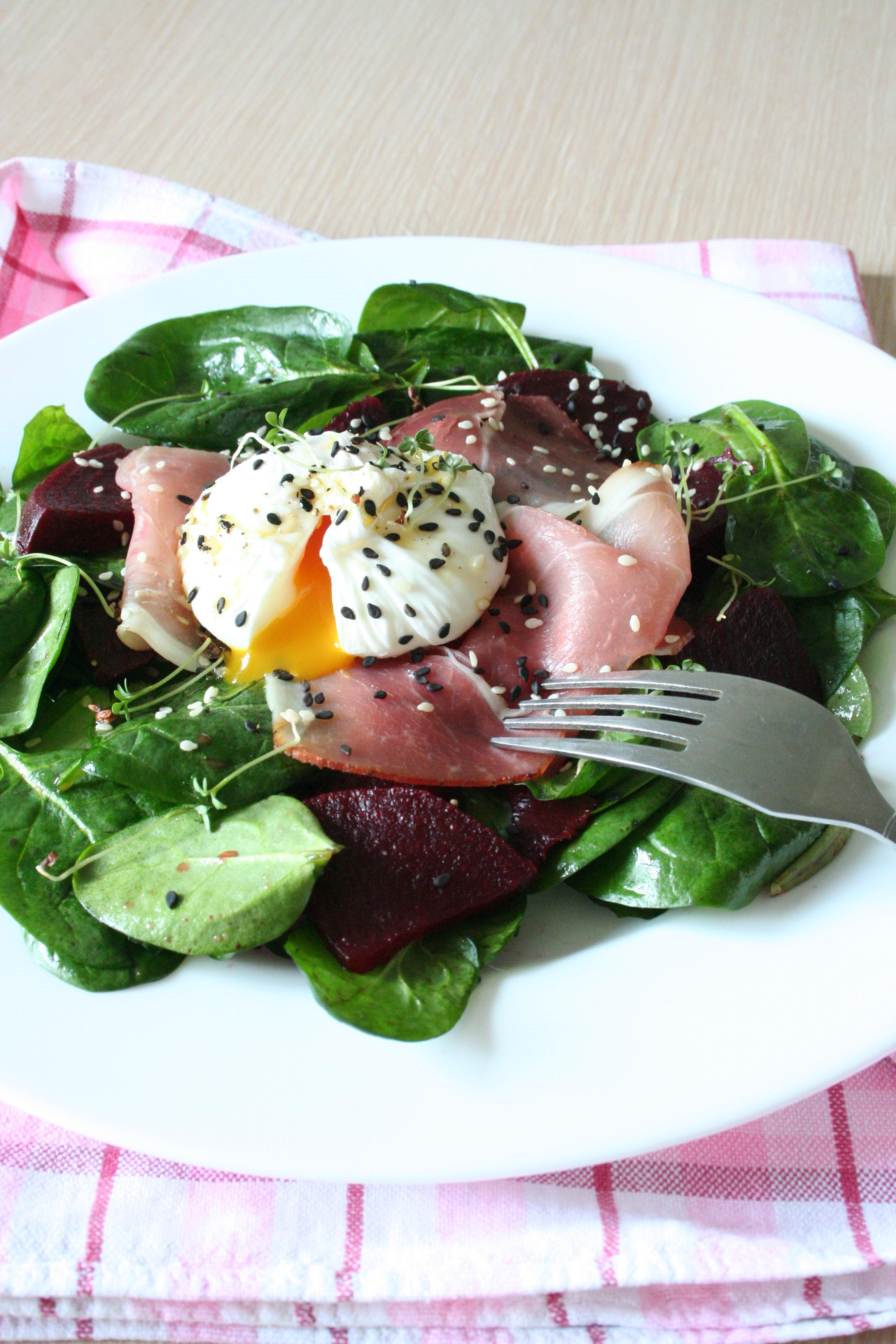 Špenátový salát se zastřeným vejcem na schwarzwaldské šunce