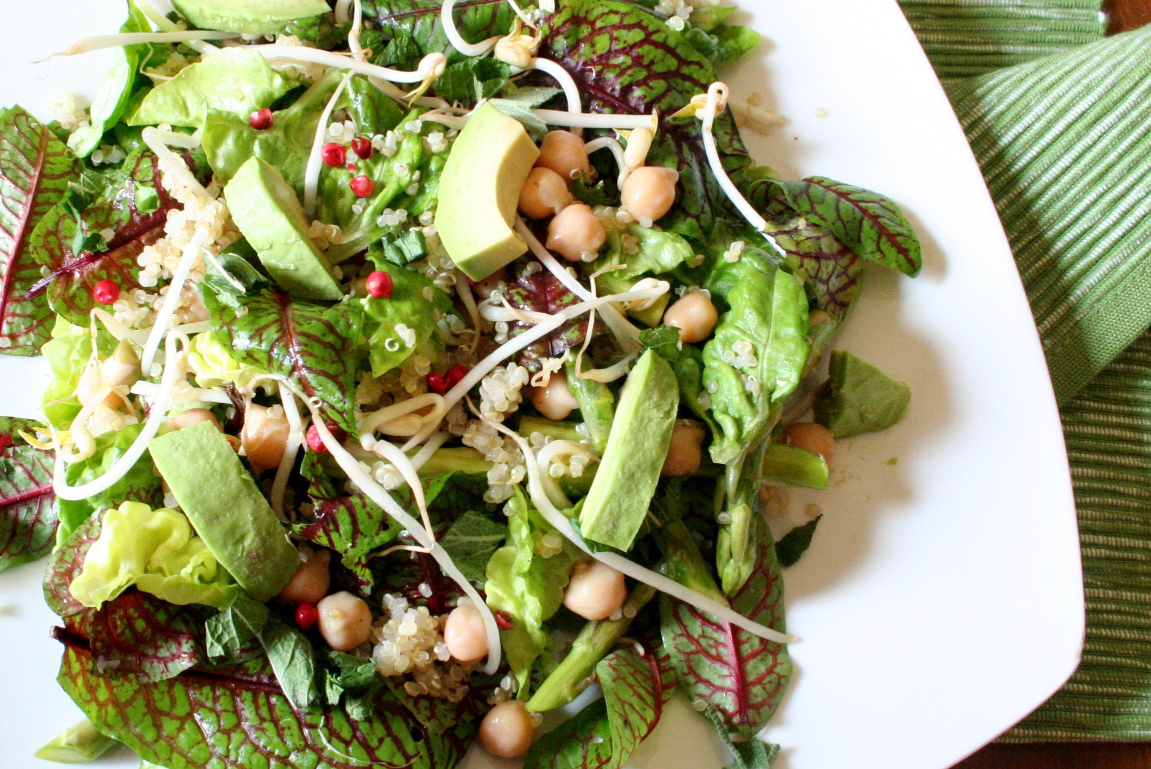 Zelený salát s cizrnou a quinoou