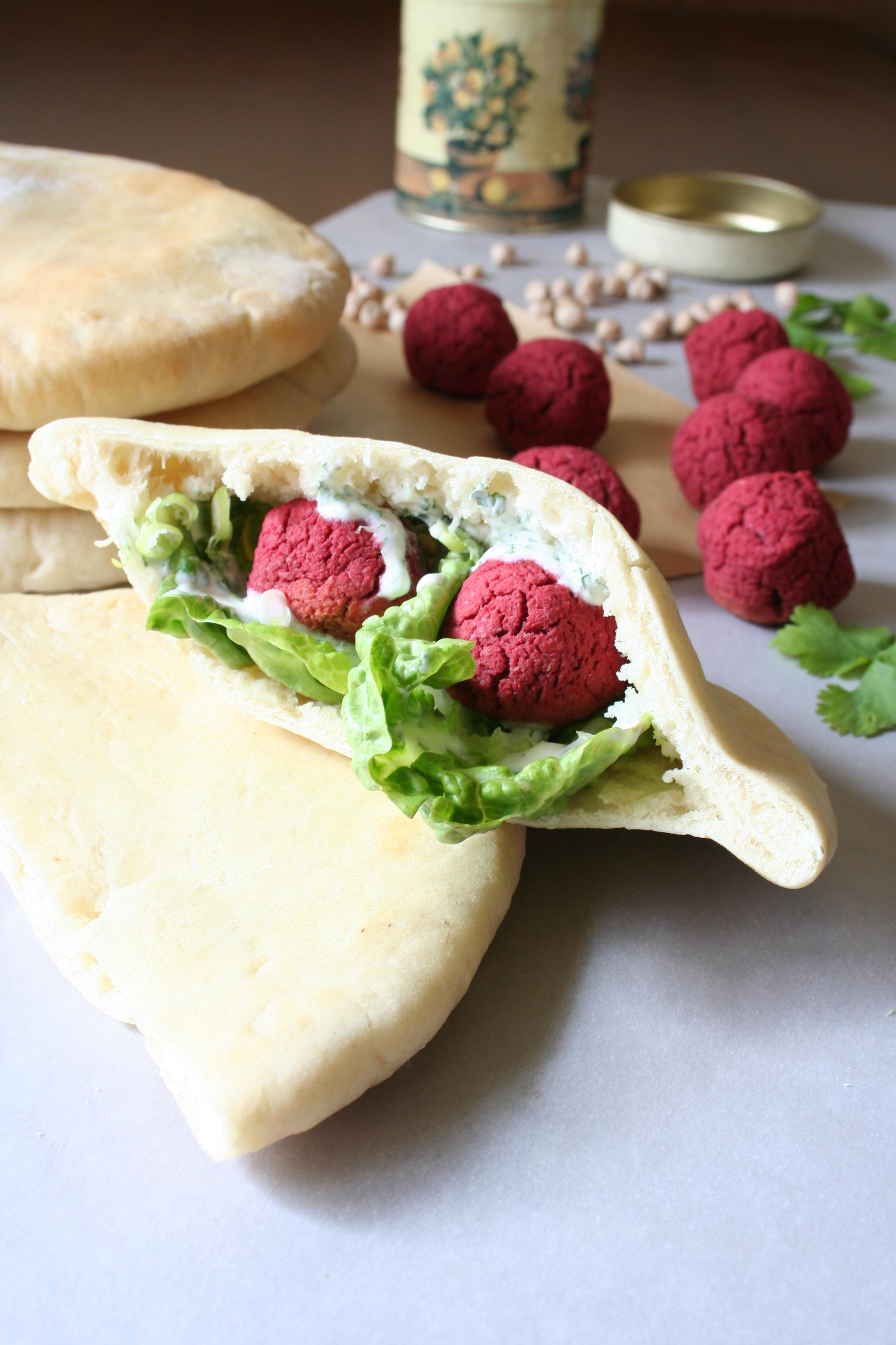 Falafel z červené řepy v domácím pita chlebu s koriandrovým dipem