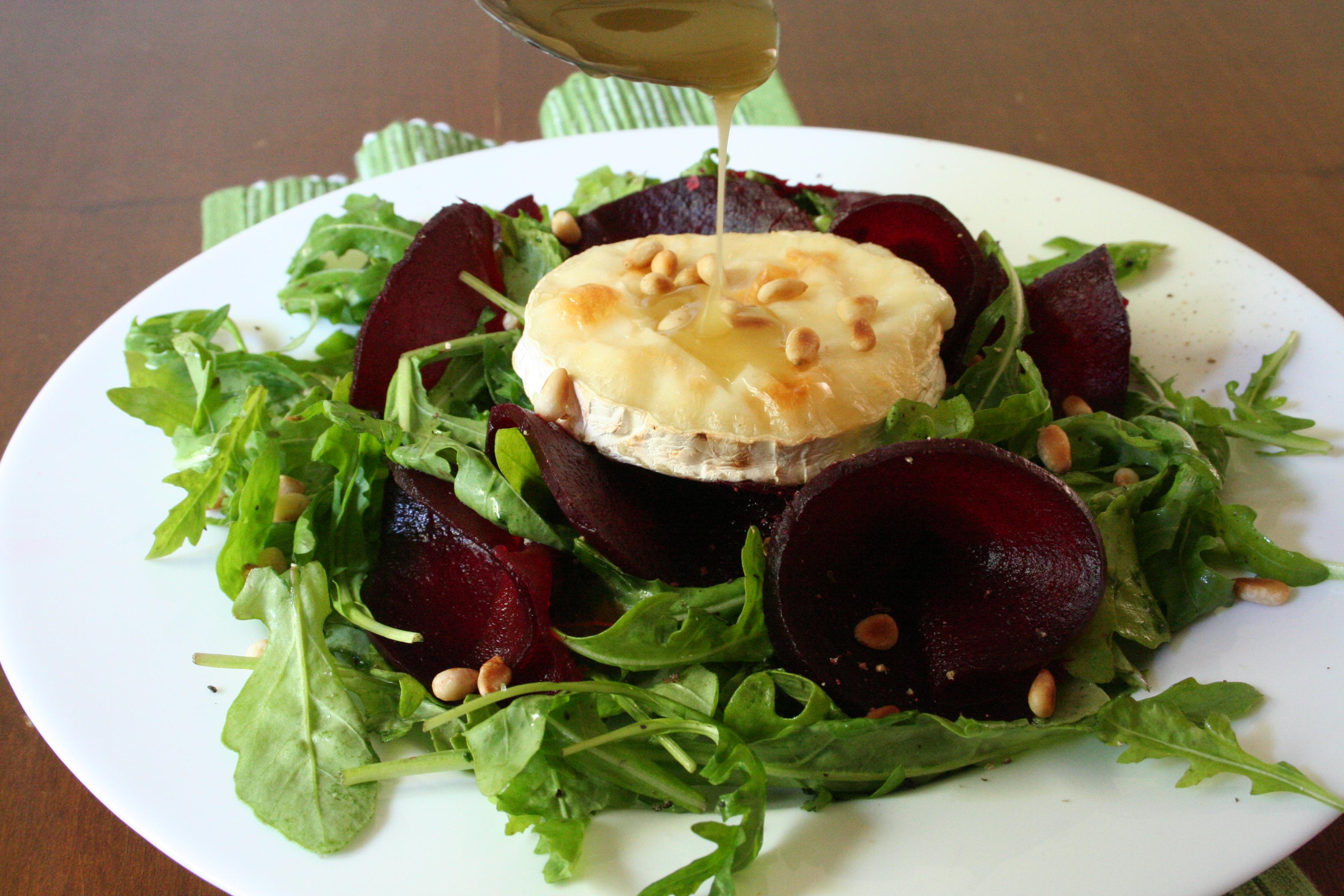 Rukolový salát s rozpečeným kozím sýrem a medovo-rozmarýnovou zálivkou
