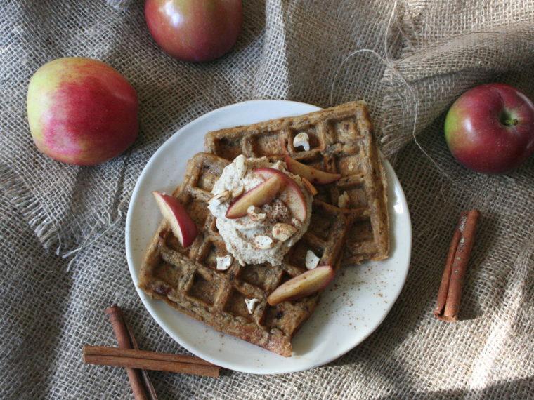 Veganské wafle bez cukru s datlemi s tofu-jablkovým krémem