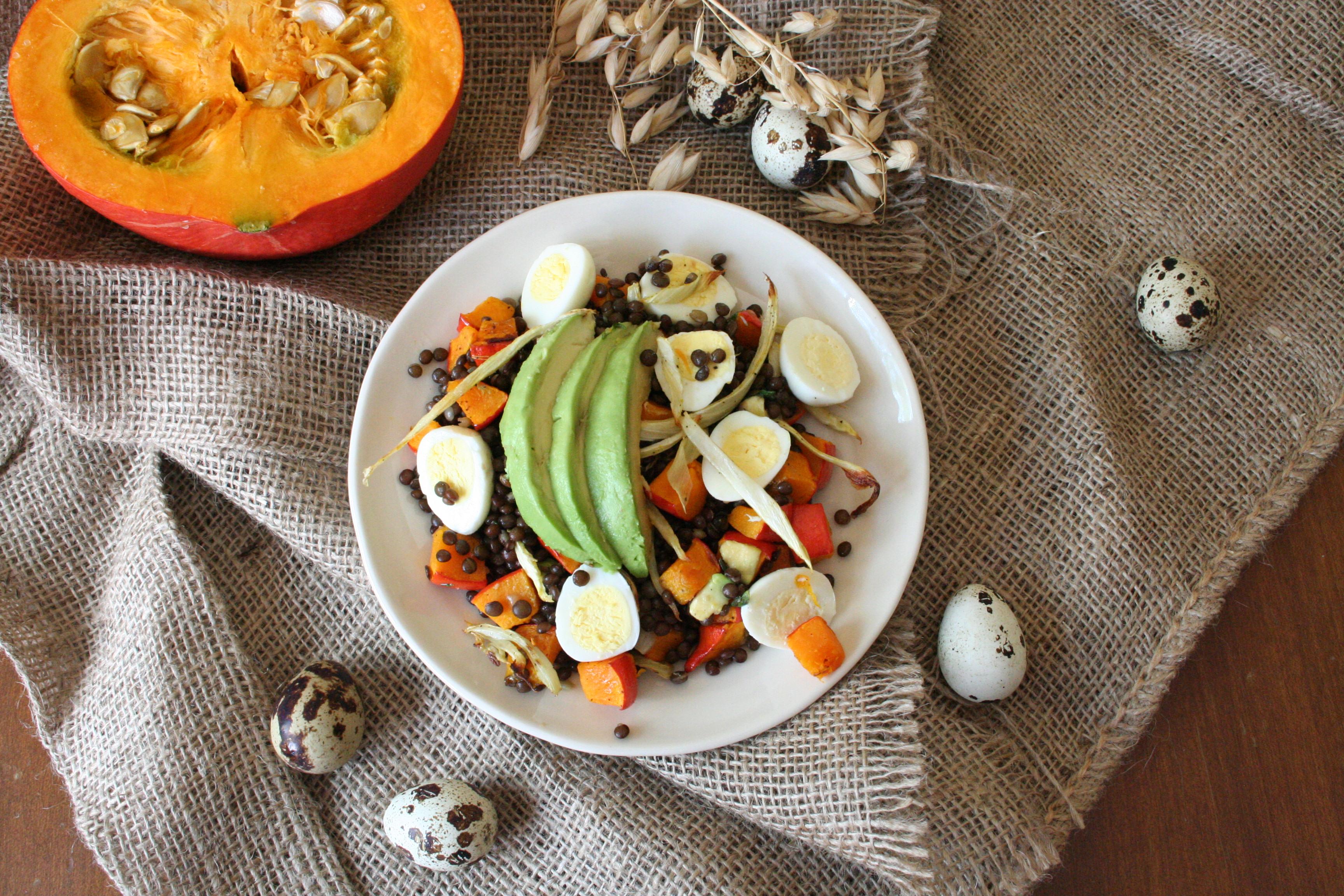 Salát z čočky belugy s dýní, fenyklem a křepelčími vejci