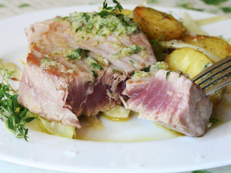 Tuňák s bylinkovo- citronovým olejem a teplým bramborovo-fenyklovým salátem