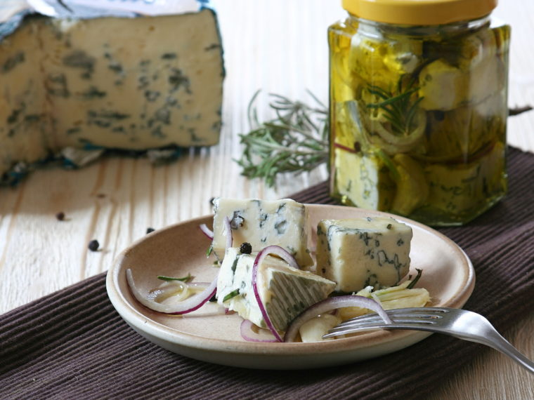 Nakládaný sýr s modrou plísní