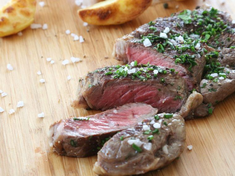 Striploin steak s pečenými steakovými hranolkami