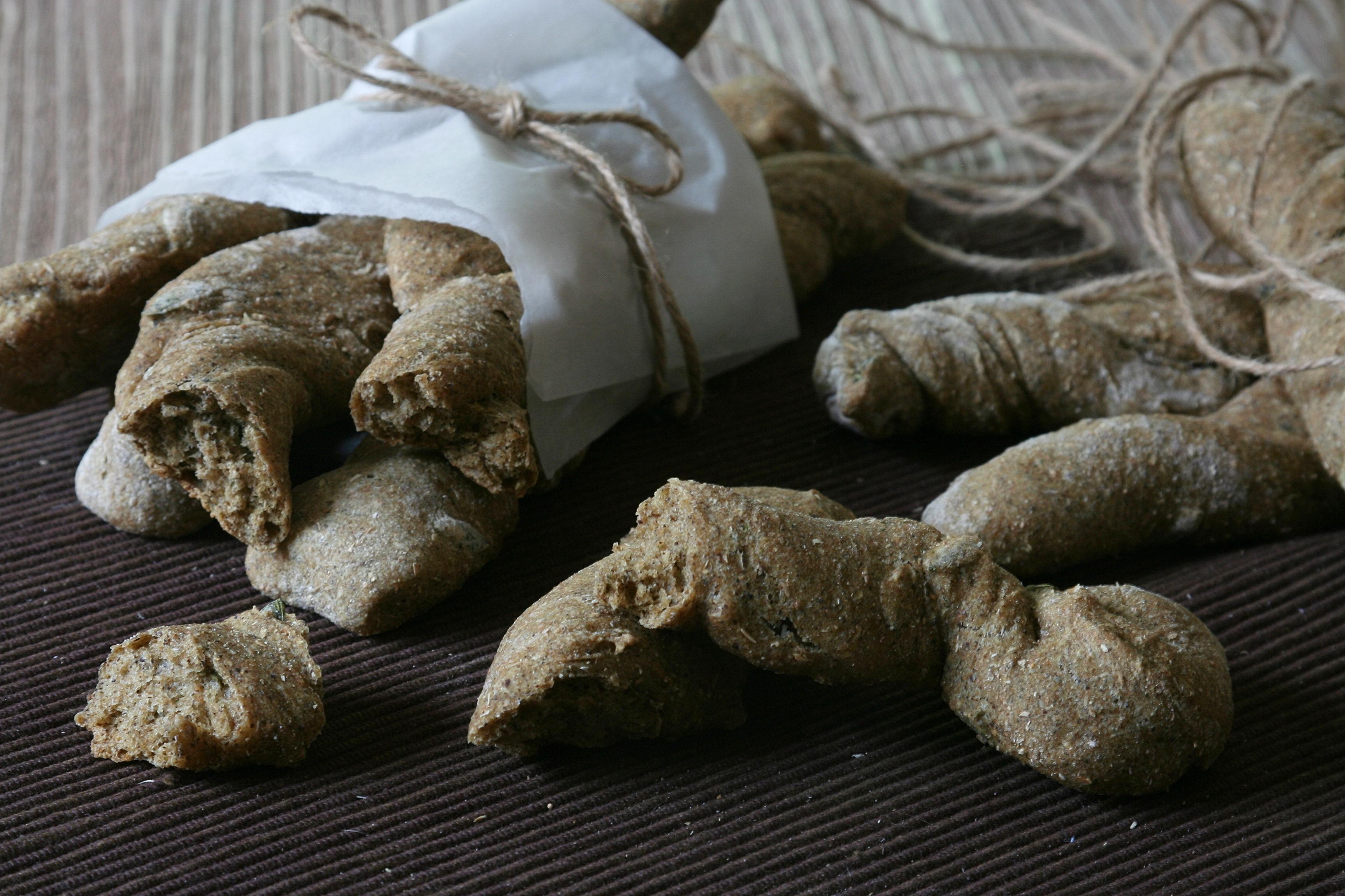 Špaldové twistery s konopnou moukou a dýňovými semínky