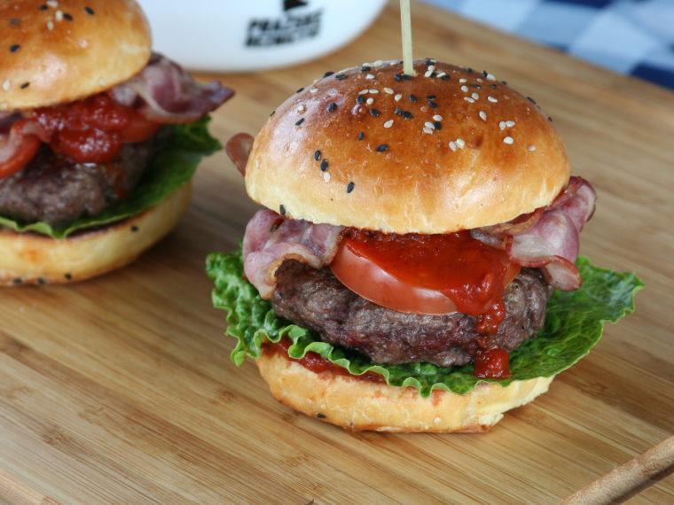 Burgery s domácí bbq omáčkou a brioškami