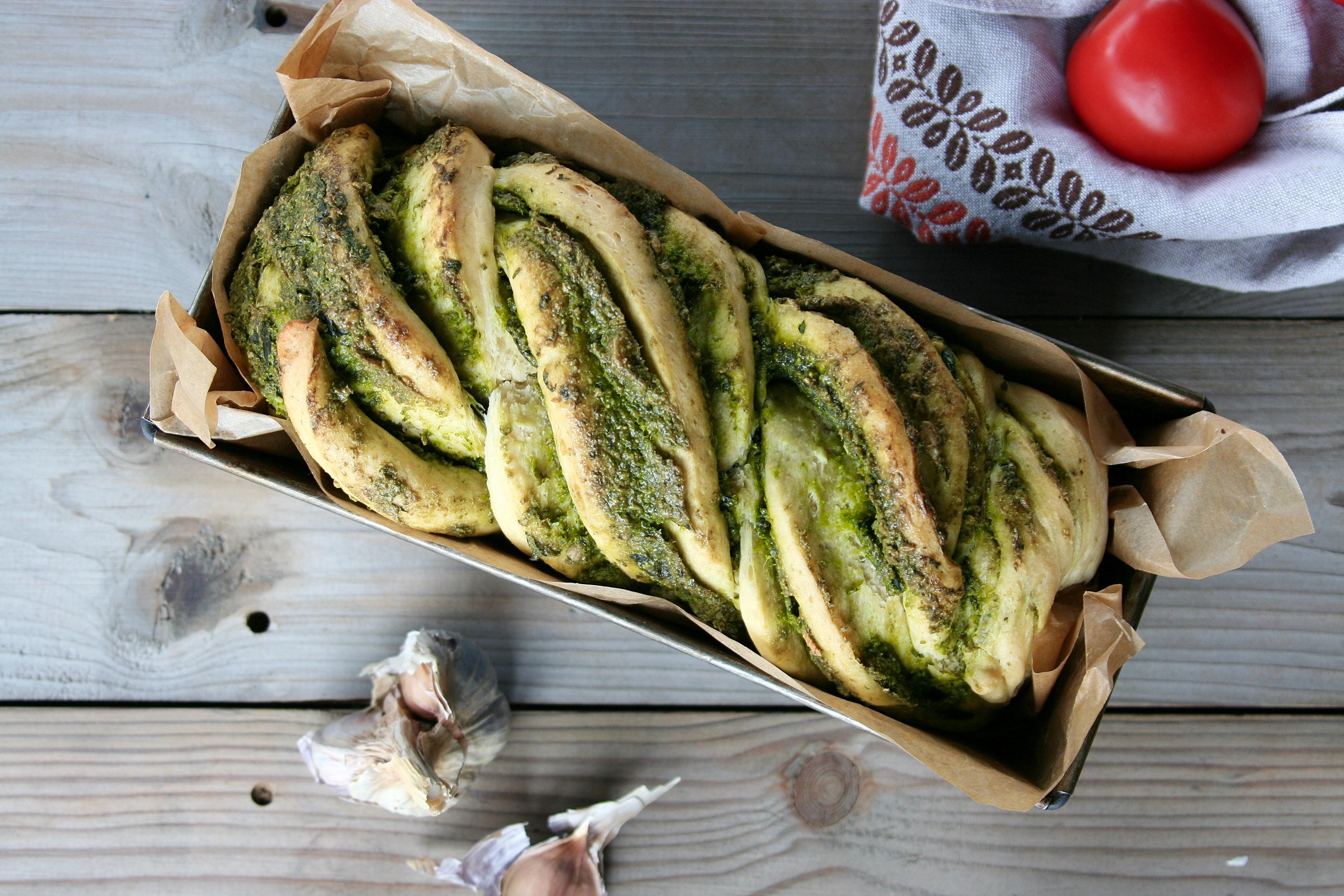Chléb s bylinkovo-špenátovým pestem
