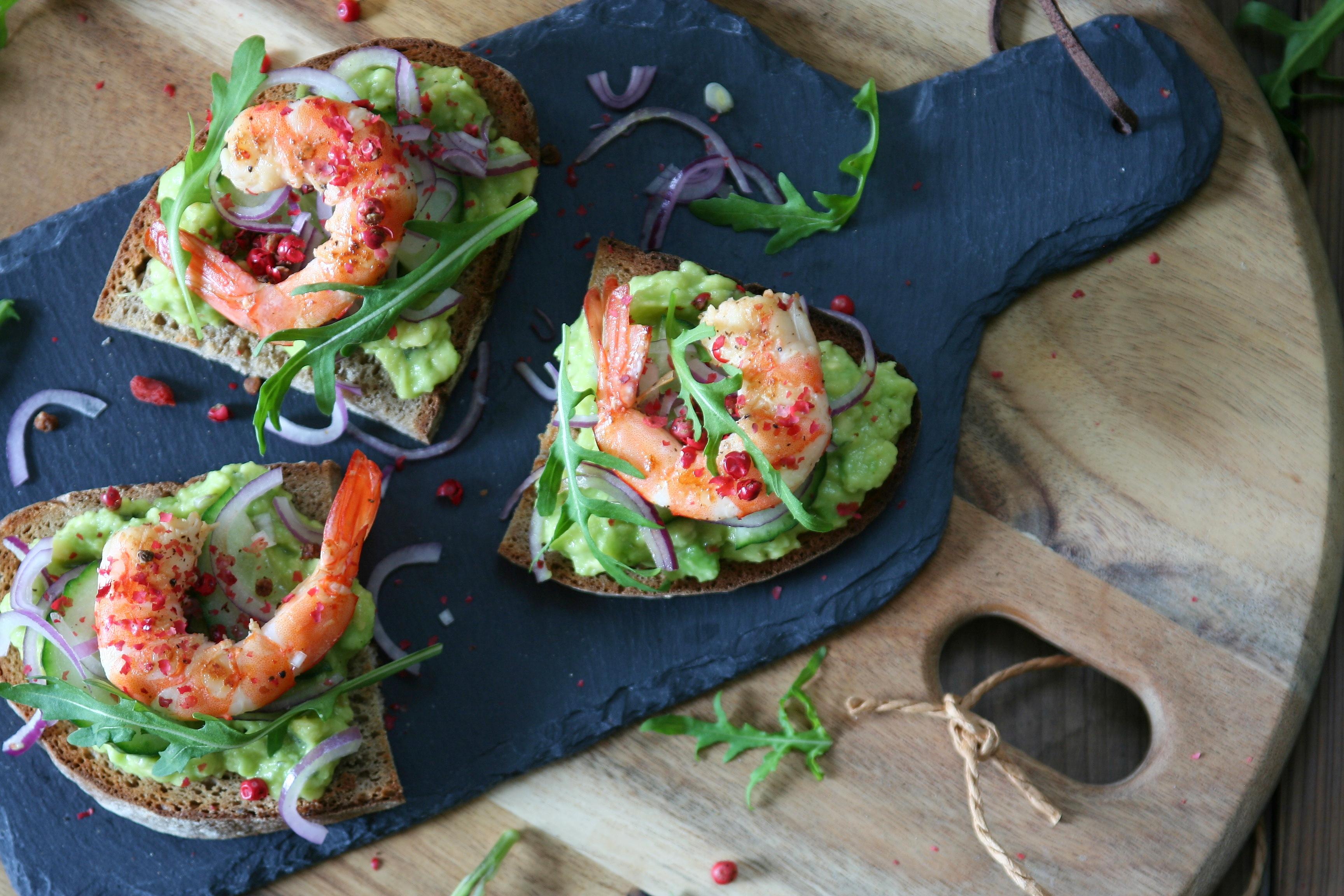 Toustíky s avokádovou pomazánkou a krevetami