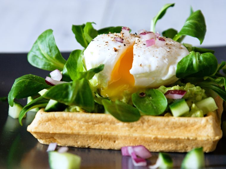 Špaldové vafle se zastřeným vejcem a avokádem