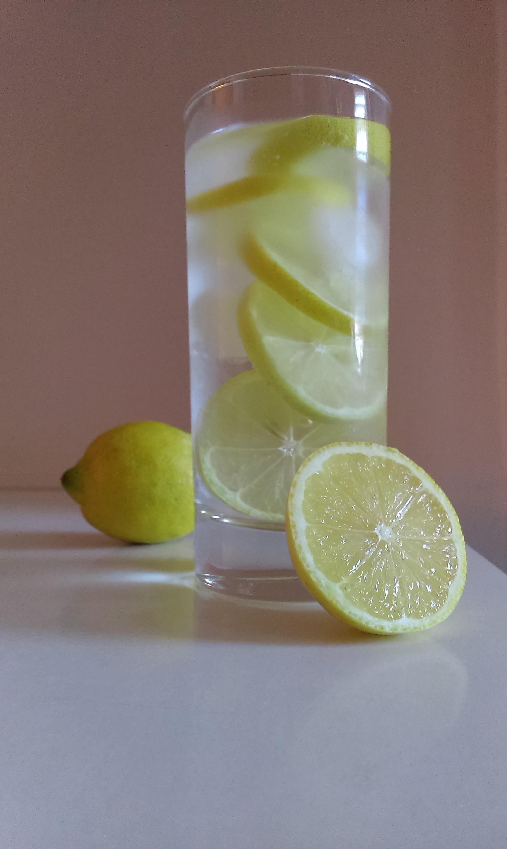 Proč pít vodu s citronem…