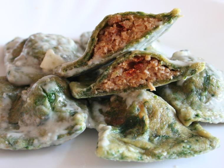 Špenátové ravioli s krůtím masem a omáčkou z modrého sýra