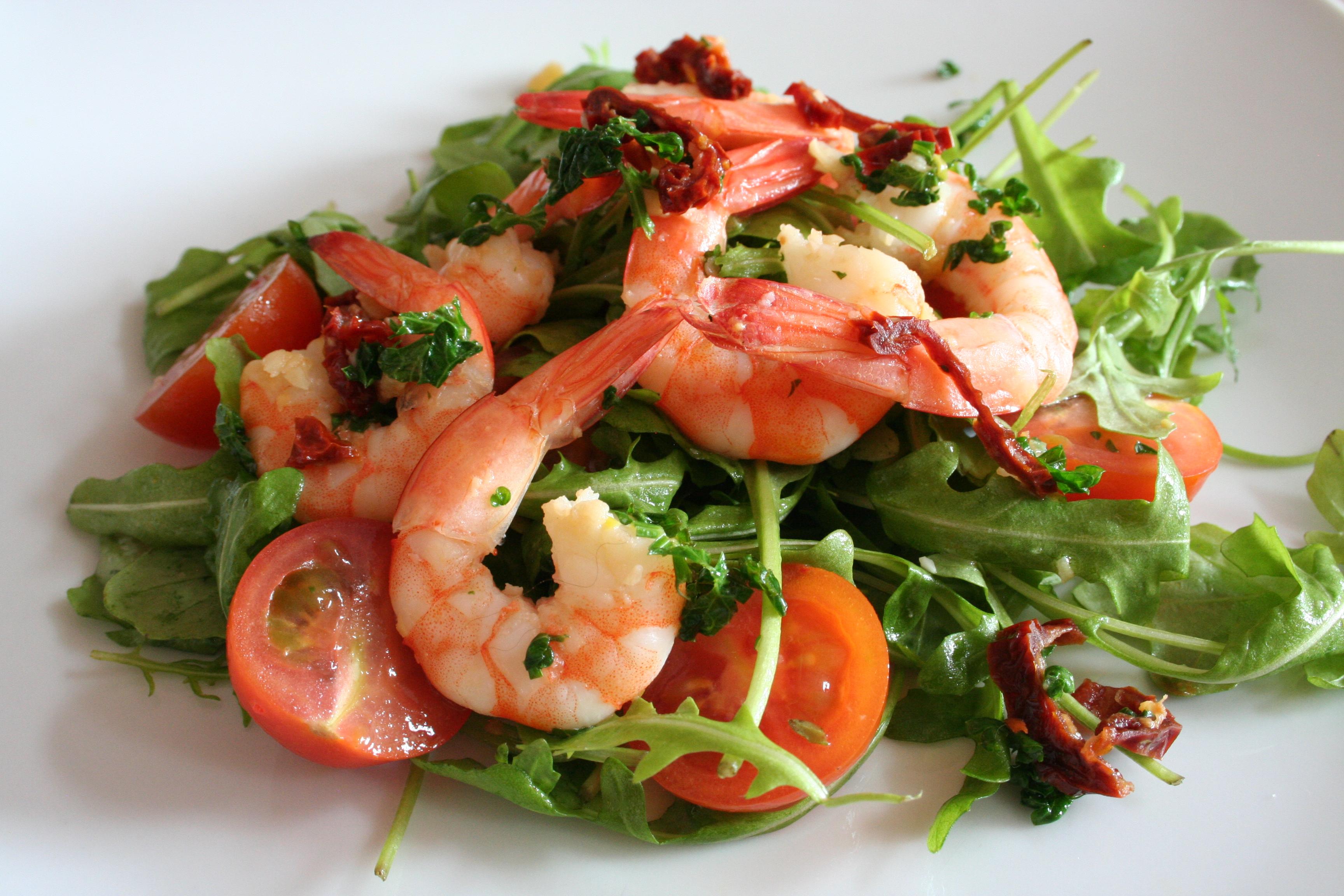 Rukolový salát s krevetami a rajčaty