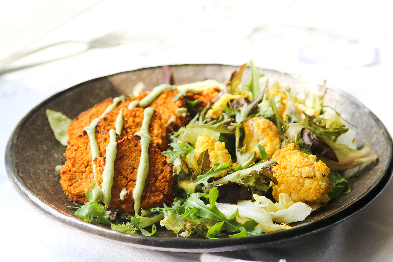 Pečené květákové placičky se salátem s koriandrovým dipem