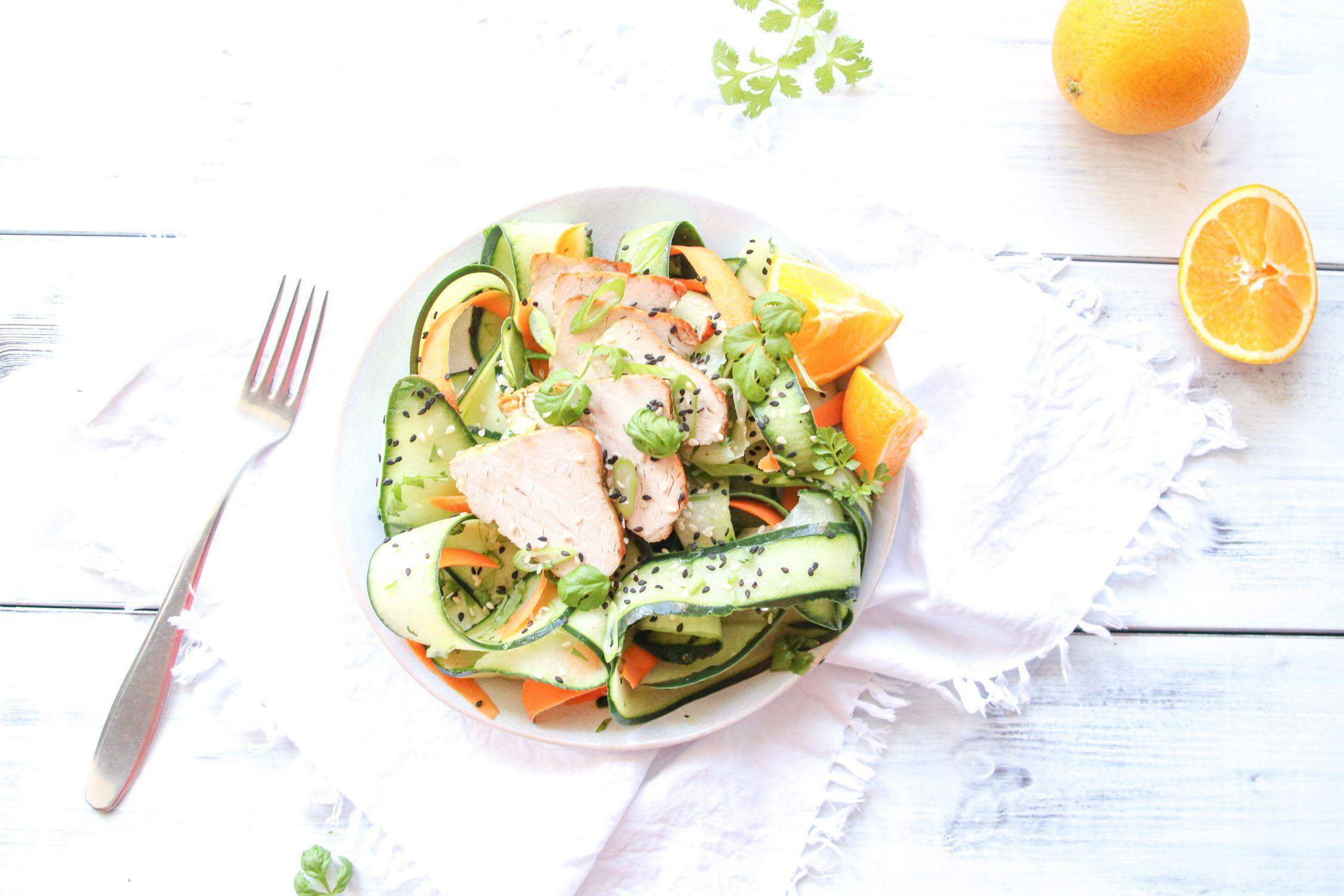 Okurkový salát s pečeným krůtím masem