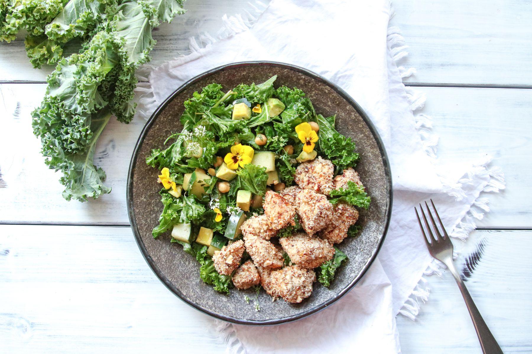 Kuřecí nugetky & kadeřávkový salát