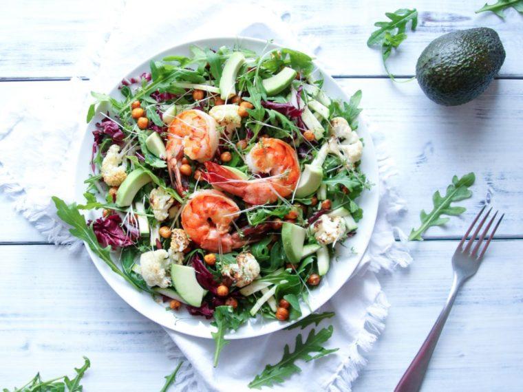 Salát s krevetami a křupavou cizrnou