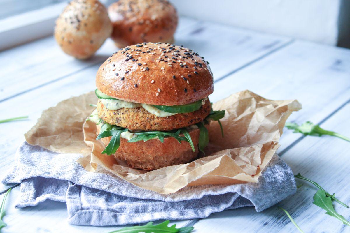 Vegetariánský burger s domácí celozrnnou žemlí
