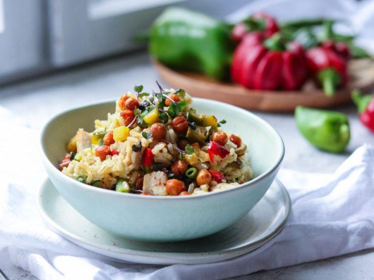 Teplý rýžový salát se zeleninou a kuřetem