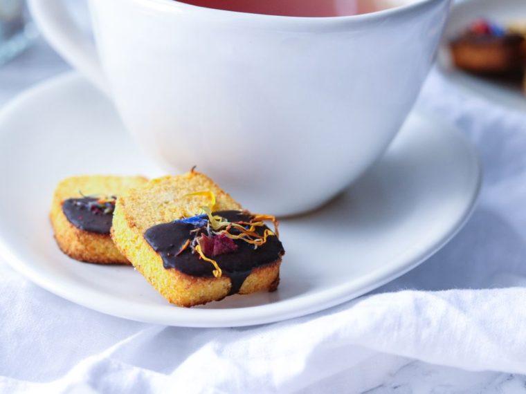 Mrkvové sušenky polomáčené v karobové polevě