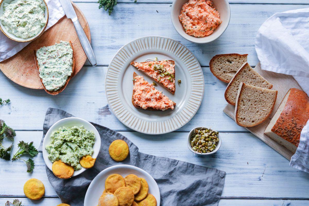 Pomazánky – dubnová edice: mrkvová s vejce, špenátová, brokolicová s kozím sýrem a kurkumové krekry