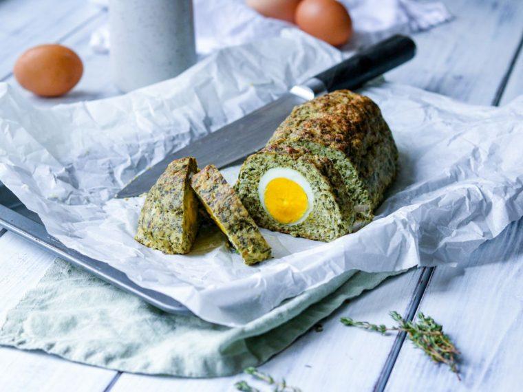 Krůtí sekaná se špenátem, kopřivami a vejci