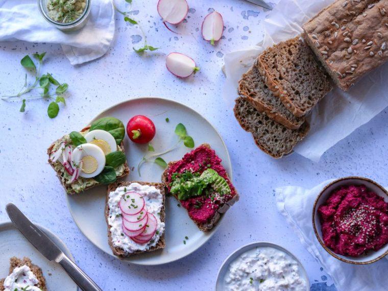 Pomazánky – květnová edice: cuketová s bryndzou, ředkvičková, z pečené červené řepy a domácí žitno-špaldový chléb