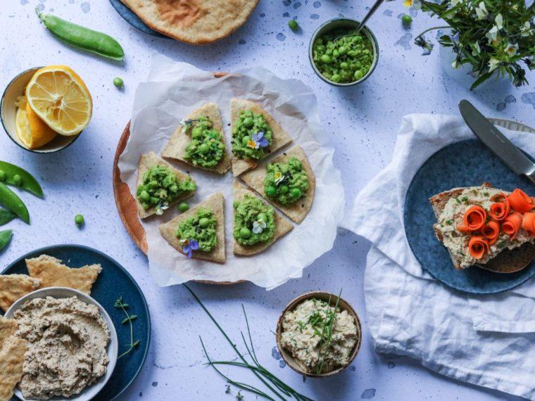Pomazánky – červnová edice: lilková, drožďová, hráškovo-avokádová a chlebové placky bez kynutí